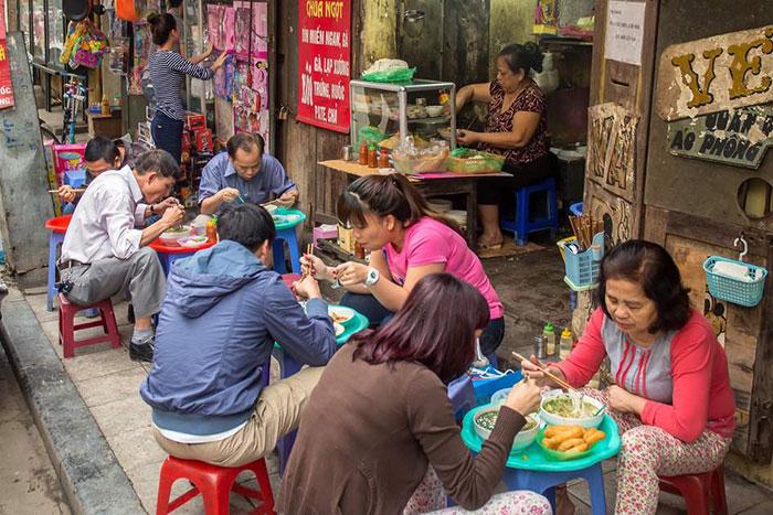Un puesto de comida callejera en hanoi