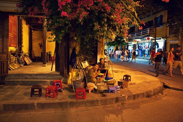 Comida callejera en el mercado antiguo de Hoi An