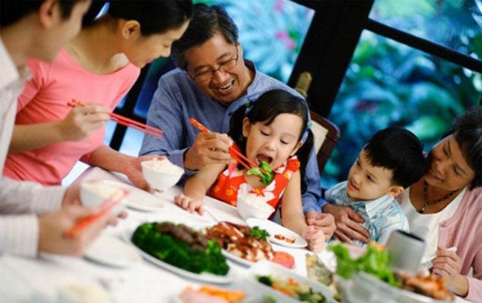 La comida familiar vietnamita moderna