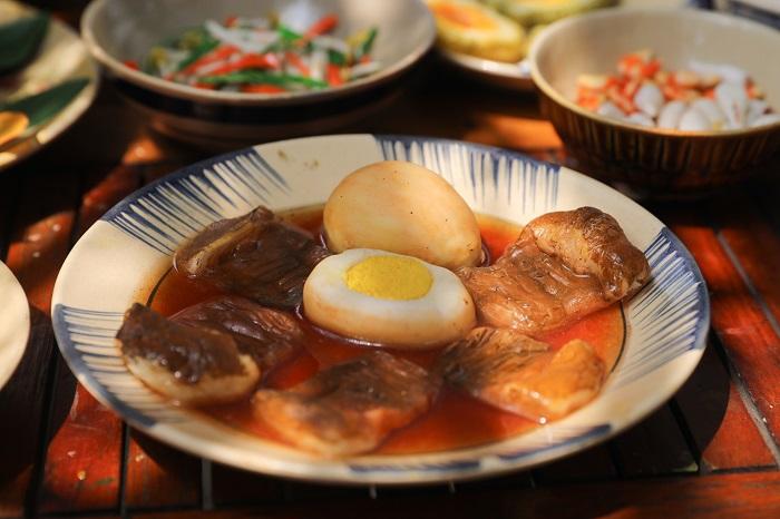 Comida tradicional durante el Tet cerdo el caramelo