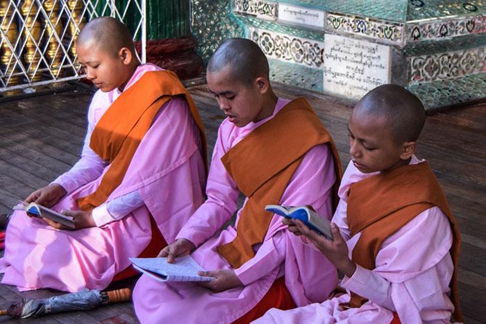 Costumbres en Myanmar monjes birmanos