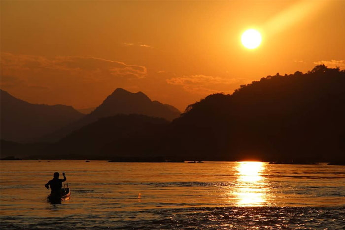 Puesta de sol en el rio Mekong