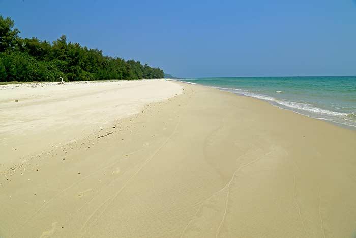 Hermosa playa en la isla Quan Lan