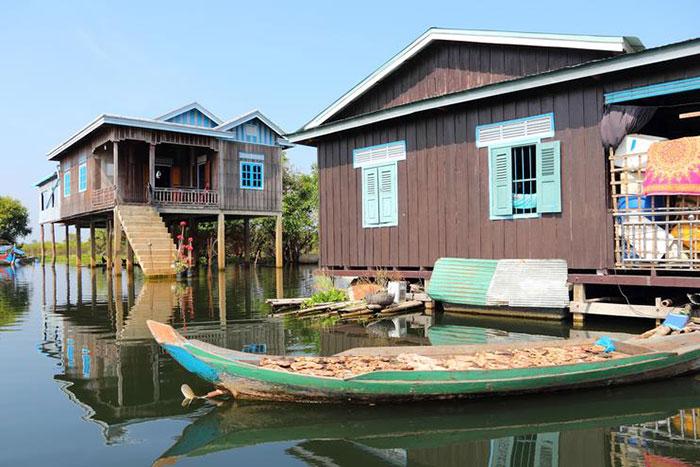 Pueblo flotante en el lago Tonle Sap en Camboya