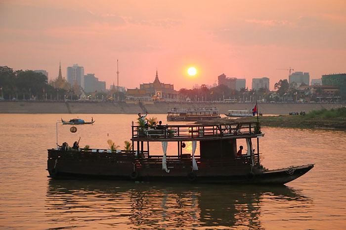 Puesta del sol en un crucero por el lago Tonle Sap