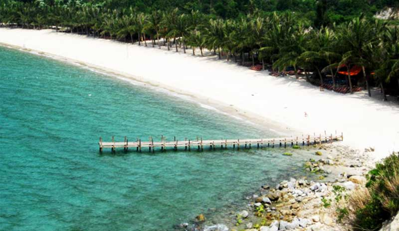 Hermosa playa en la isla Cham Vietnam
