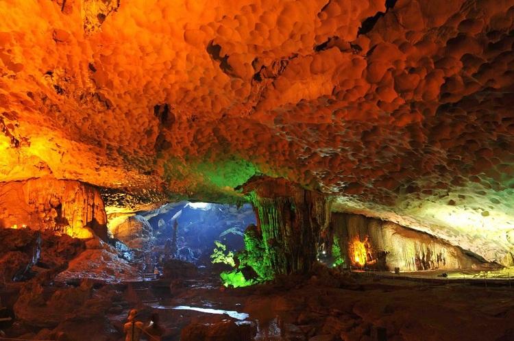 Cueva Sorprendente en la Bahia de Halong