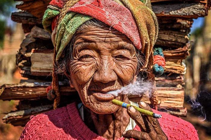 Fumadores de cheerot en Birmania