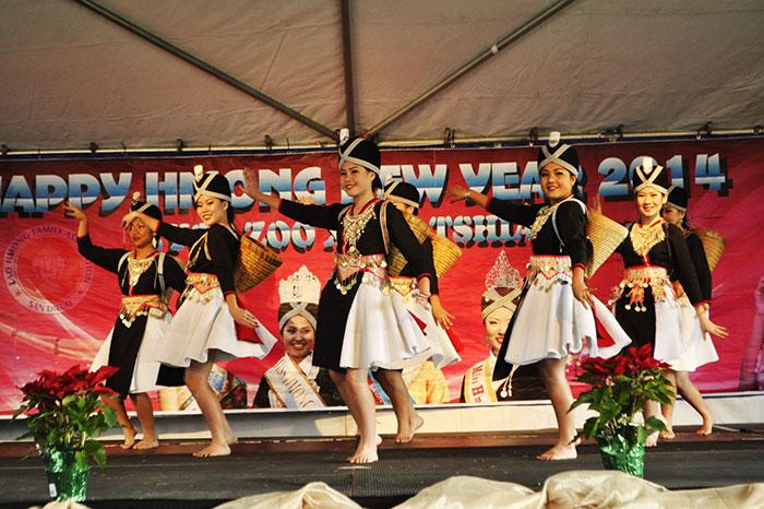 Danza tradicional de un grupo etnico en Laos