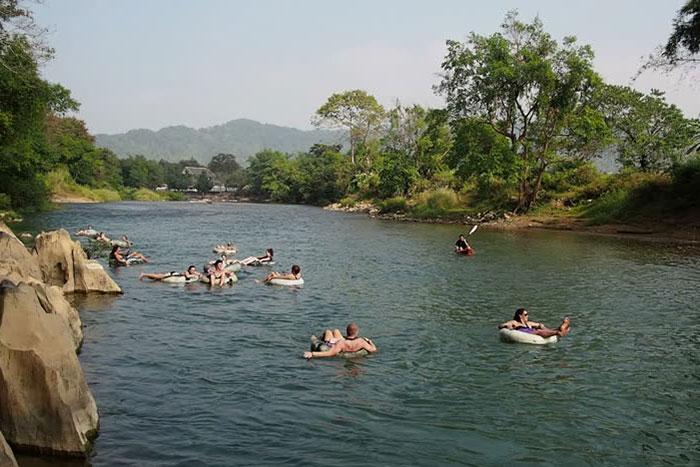 Descenso del rio en tubing en Vang Vieng Laos