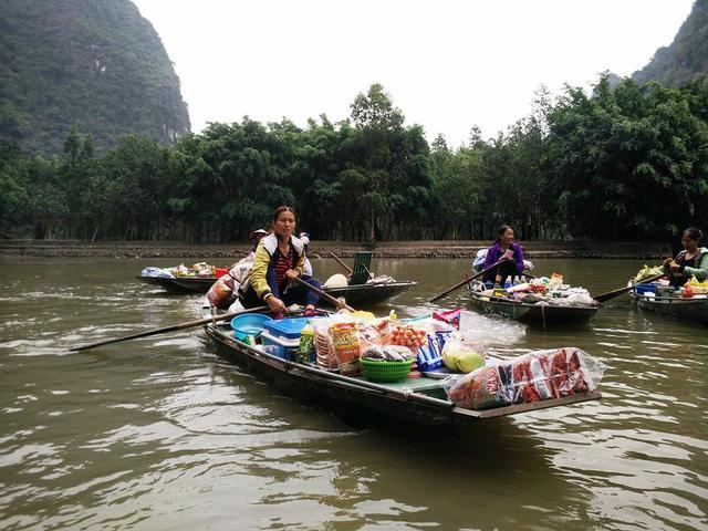 Embarcaciones en el mercado flotante de Tam Coc