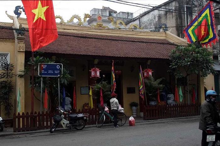Entrada al templo de Bach Ma en Hanoi