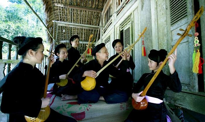Espectaculo tradicional en el pueblo Tha en Ha Giang