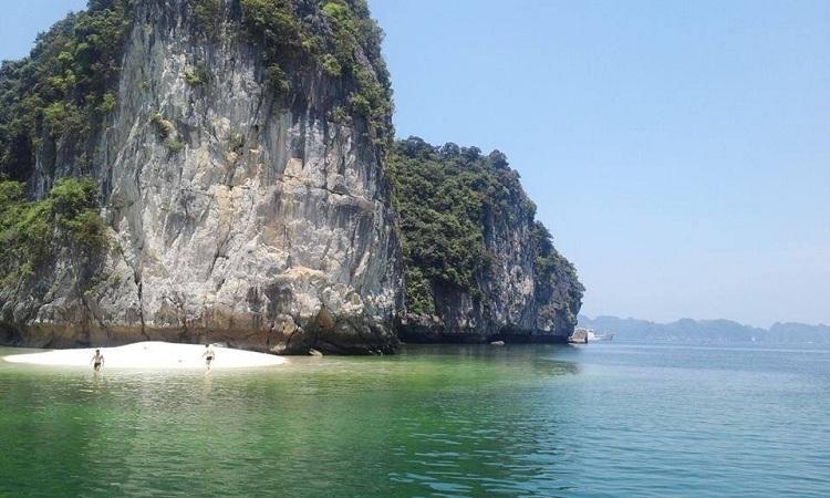 Estación balnearia en la bahia de Lan Ha Vietnam