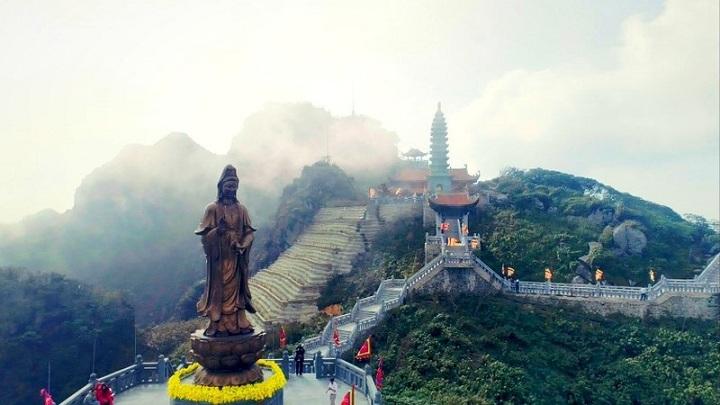Estatua en la cima de la montaña Fansipan