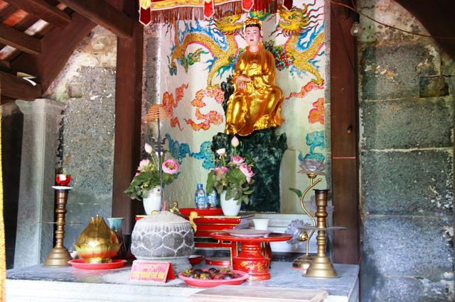 Templo dedicado a la diosa kwan en la pagoda bich dong Ninh Binh