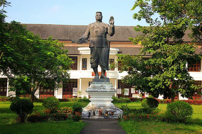 Estatua del rey en el Museo Nacional de Luang Prabang en Laos