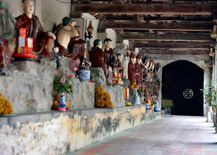 Estatuas en el antiguo pueblo Nom cerca de Hanoi