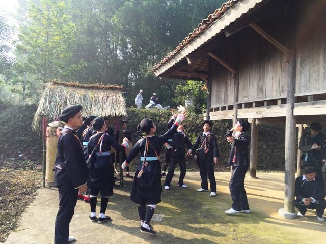 Reunion de la etnia giay en el pueblo de Ta Van en Sapa