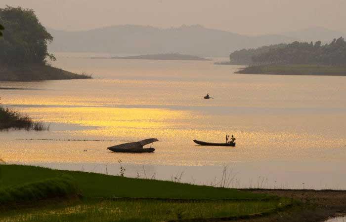 Excursion en bote en el lago Thac Ba Vietnam