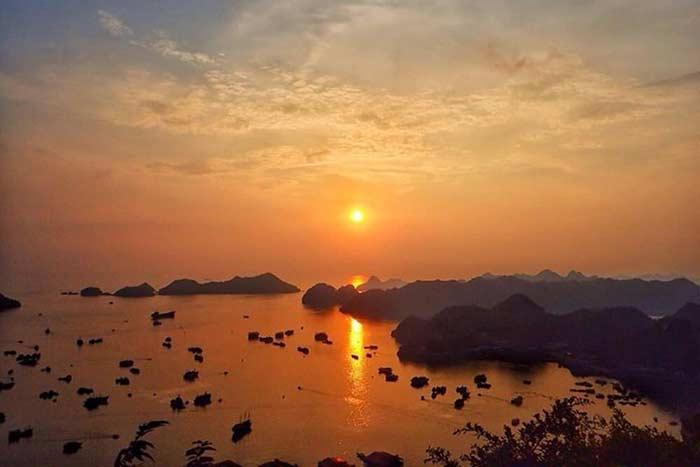 Puesta de sol en la Isla de Cat Ba en Vietnam