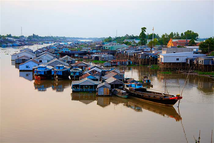 Aldea flotante en el delta del Mekong Vietnam