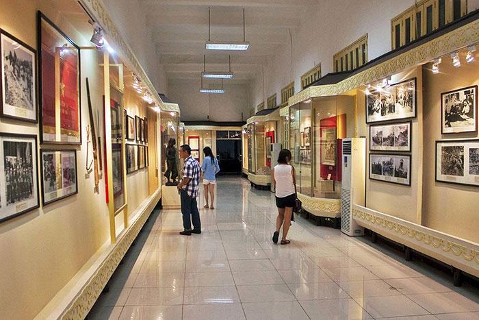 Exposicion en el museo de historia militar de Vietnam en Hanoi