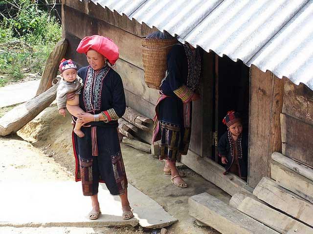 Familia en el pueblo de Ta Phin en Sapa