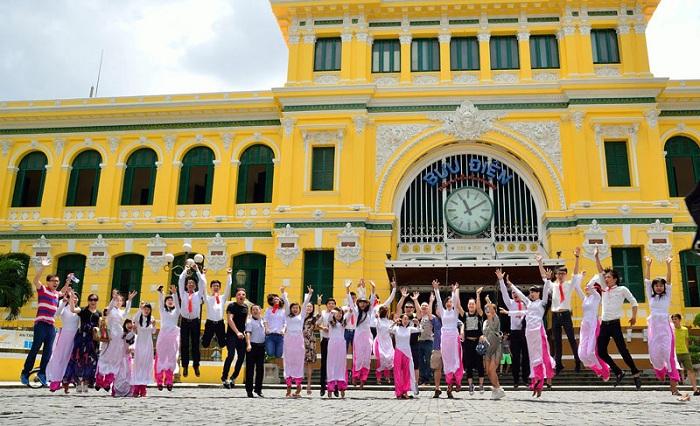 Fotografias en la fachada de la oficina central de correos de Saigon
