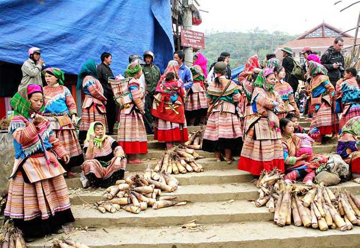 Grupo etnico con trajes tradicionales en Bac Ha