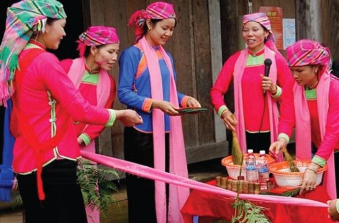 Vestimenta tradicional de grupo Giay