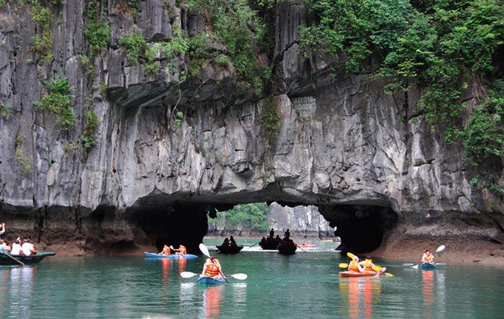 Paseo en kayak por una gruta en la bahia de Lan Ha