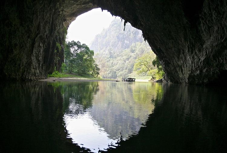 Cueva Puong en el lago Ba Be Vietnam