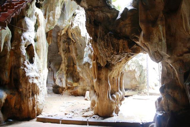 Cueva oscura en la pagoda de jade Ninh Binh