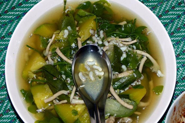 Sopa de hormigas blancas plato atipico de Laos
