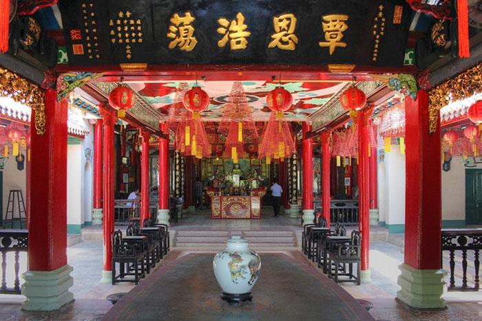 Interior de la casa comunal fujian en Hoi An