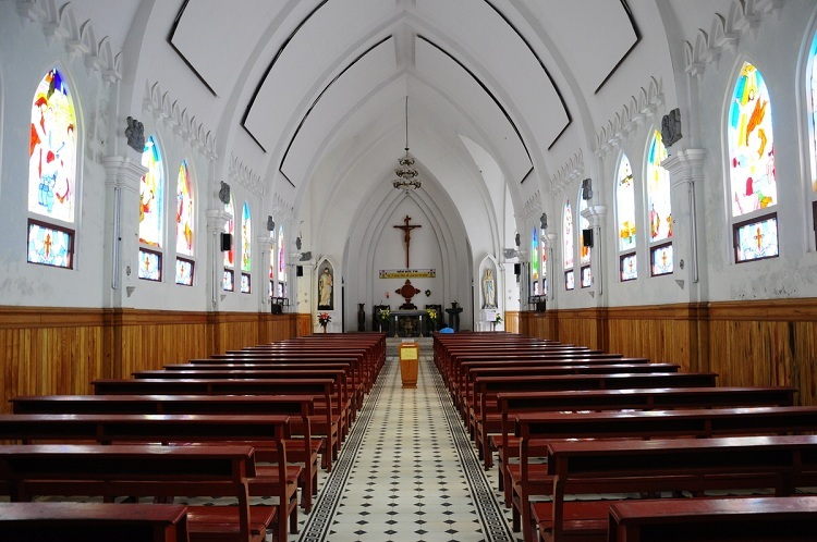 Interior de la iglesia de piedra de Sapa