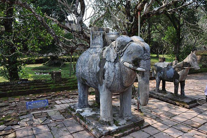 Estatuas en el emperador Tu Duc en Hue