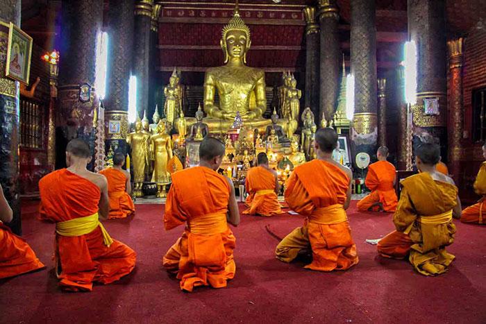 Interior del templo Vat Xieng Thong en Luang Prabang