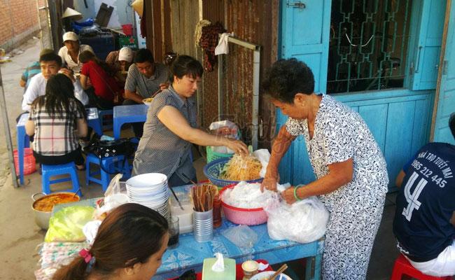 Bun Ken Ut Luom comida callejera Phu Quoc Vietnam