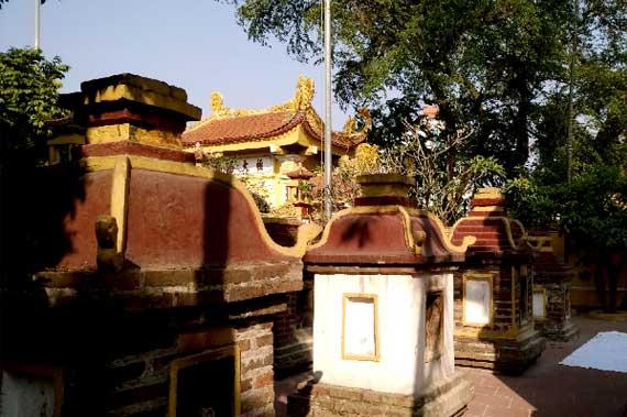 Jardin de torres en la Pagoda Tran Quoc en Hanoi