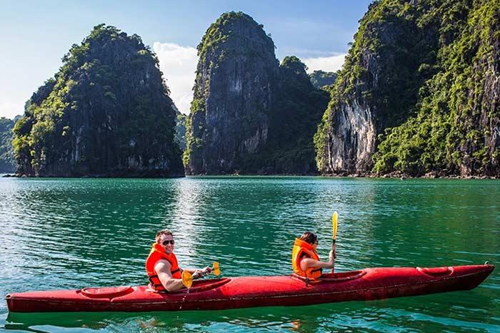 Kayak en la Bahia de Halong