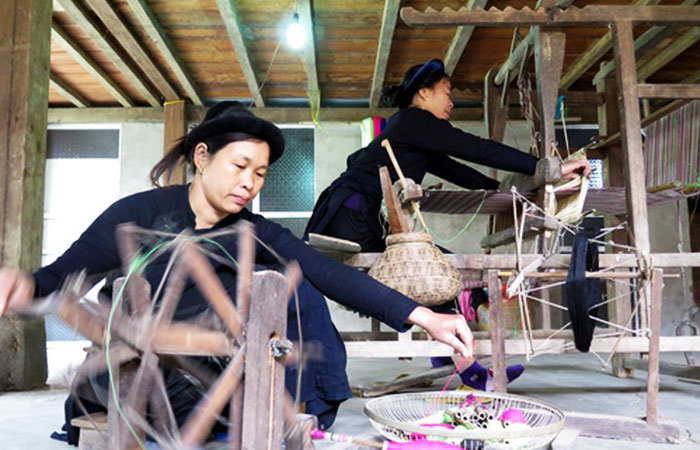 Artesanos en el lago Ba Be Vietnam