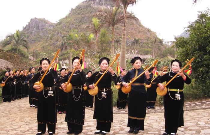 Musica popular en el lago Ba Be Vietnam