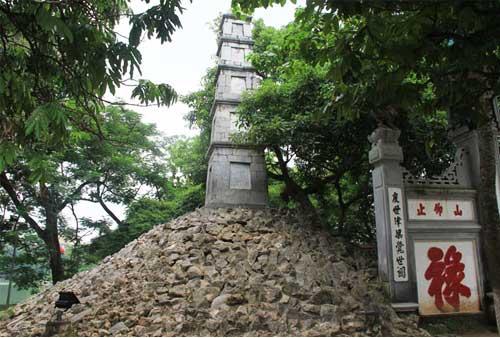 La torre de la pluma en el lago hoan kiem