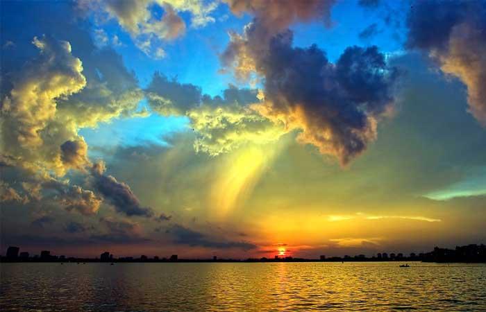 Hermosa puesta de sol en el lago del oeste hanoi