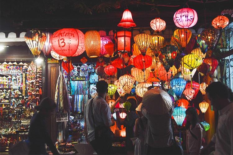 Linternas en el mercado antiguo de Hoi An