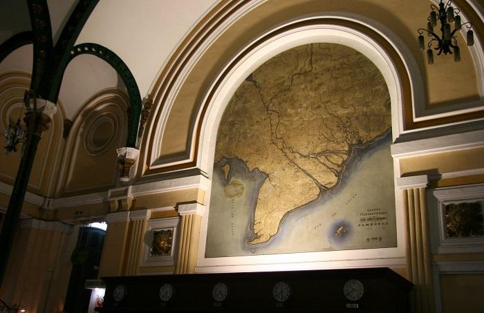 Antiguo mapa en la oficina central de correos de Saigon