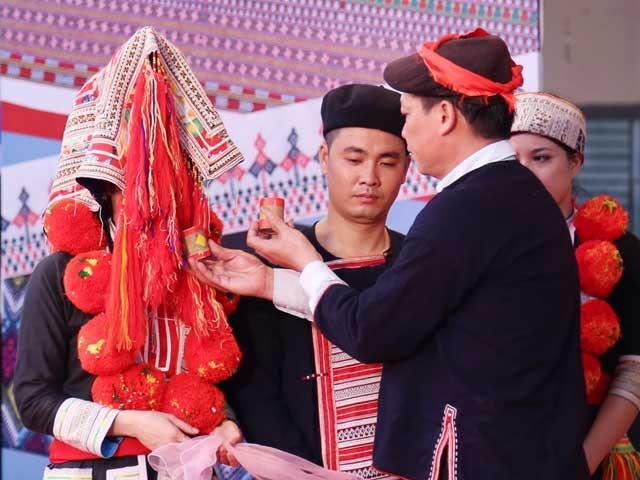 Matrimonio de un pareja del grupo Dao Rojo el pueblo de Ta Phin