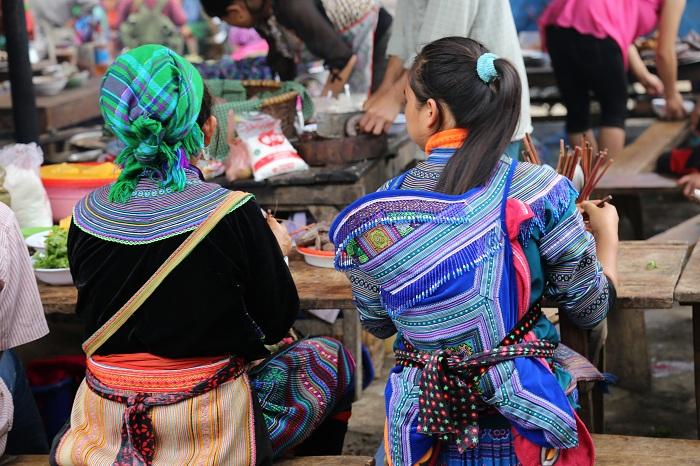 Mujeres en el mercado etnico de Sapa Vietnam